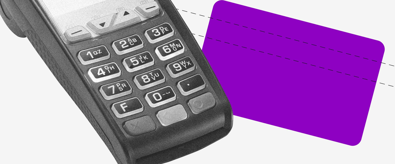 Un datáfono para pasar tarjetas y una ilustración de tarjeta de crédito morada