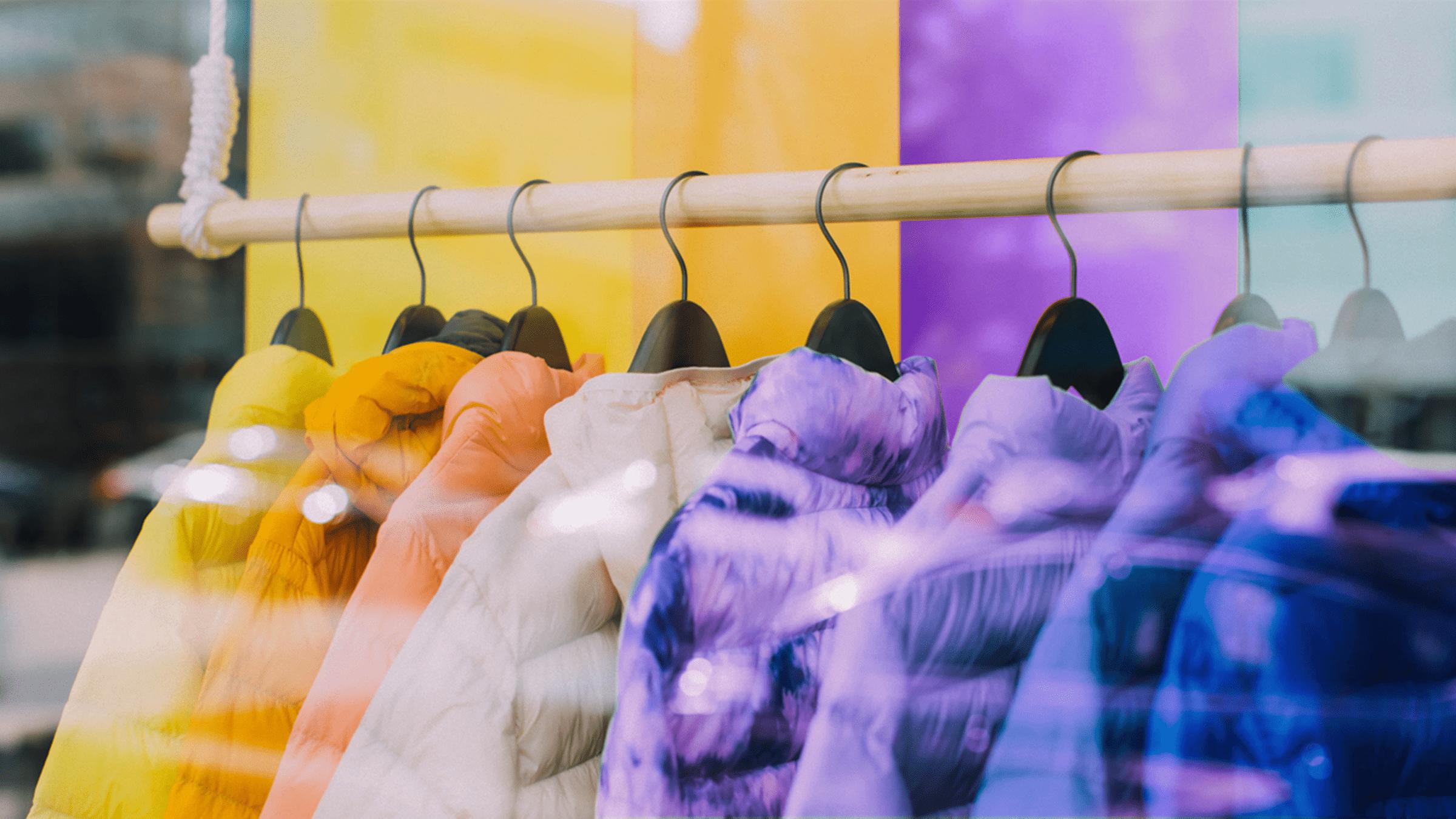 Abrigos de colores colgados en un aparador anuncian Hot Sale 2021
