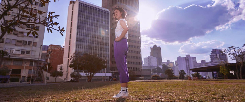 nubank neutraliza a cero sus emisiones de carbono y chica en un parque con ropa deportiva lo representa