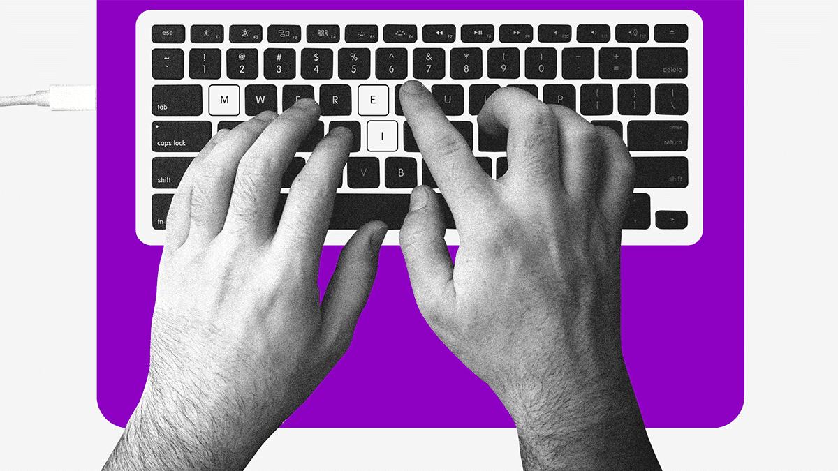 manos sobre un teclado buscan cursos gratuitos sobre finanzas personales
