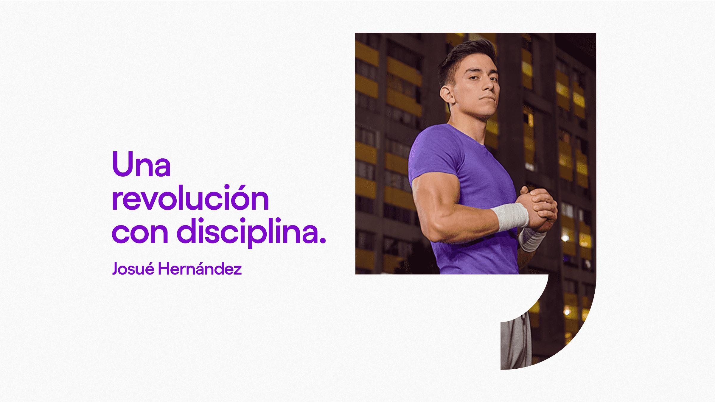 Josué Hernández gimnasta viste playera color morado frente a unos apartamentos